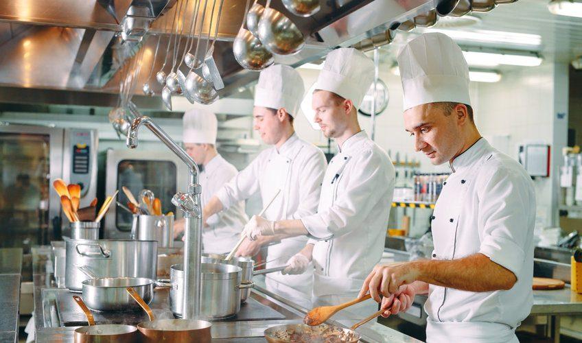 cuisiniers en tenue en train de travailler